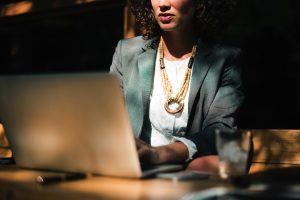 Frau sitzt am Computer